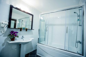 aria-hotel-chisinau-suite-king-bath